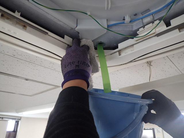 業務用エアコン 水漏れ 自分でできる水抜き 水が出る様子